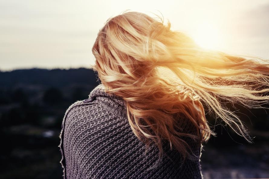 cheveux-blonds-femme-vent