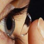 Peut-on parvenir à mieux tolérer des lentilles de contact?