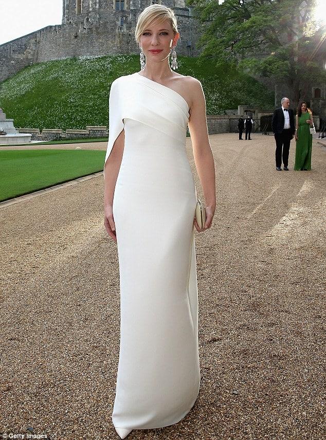 Cate Blanchett en robe blanche dépurée au diner du prince William
