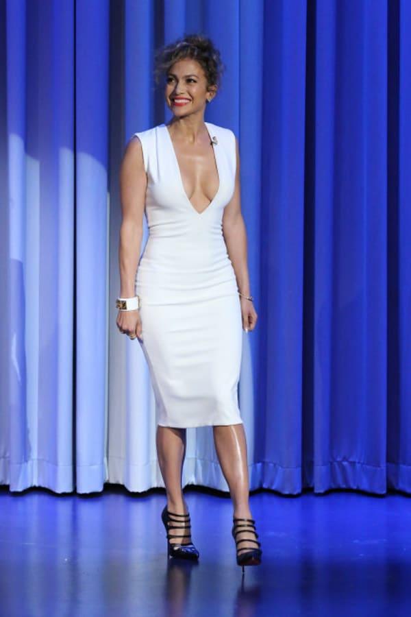 Jennifer Lopez adopte une robe blanche très décolletée