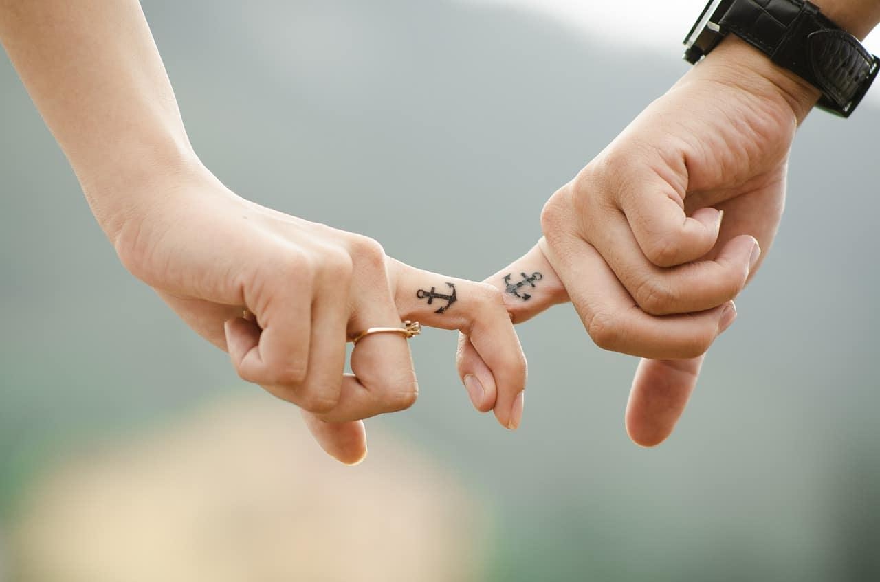 couple-mains