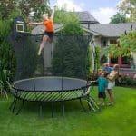 Les trampolines envahissent petit à petit nos jardins
