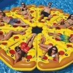 Bouée pizza: et si on mettait un peu d'originalité dans les piscines cet été?